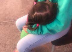 Indignación total en Ushuaia: Una mamá tuvo que amamantar a su hija en la vereda de la Comisaria de Familia